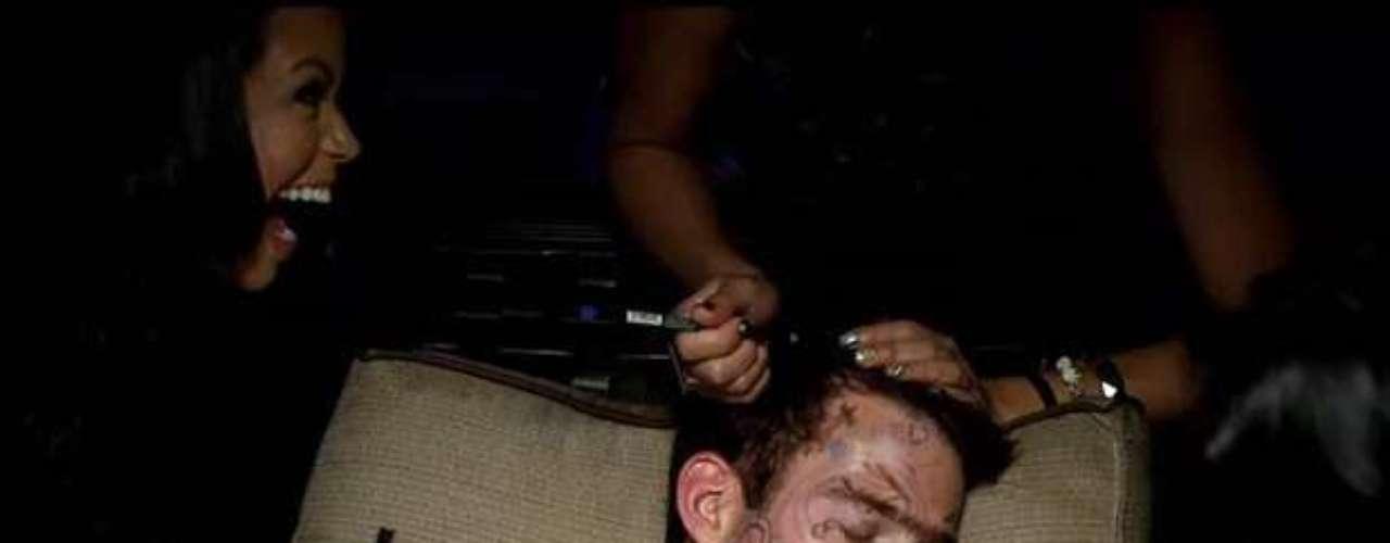 A un joven dormido las chicas presentes en la rumba, le pintan el rostro con plumones de diversos colores y le hacen otras maldades.