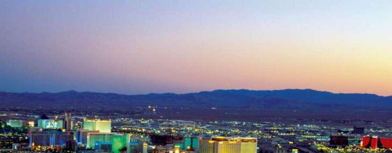 En el tercer lugar aparece Las Vegas. La ciudad del juego, ubicada en el desierto de Nevada, tiene siempre temperaturas elevadas. Durante el verano, se transpira hasta por hablar...