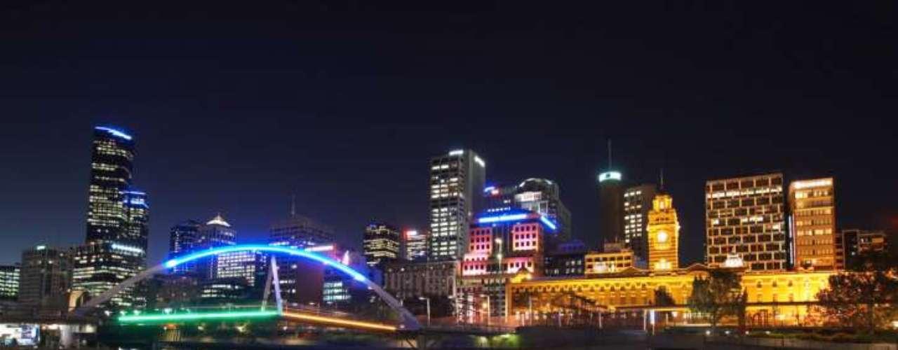 En la ciudad australiana de Melbourne la temperatura pasa con facilidad los 50ºC, aunque su clima 'fresco' hace que su tolerancia sea mayor. De todos modos, en verano, cuando se juega el abierto de tenis de Australia, varios partidos deben suspenderse por el calor extremo.