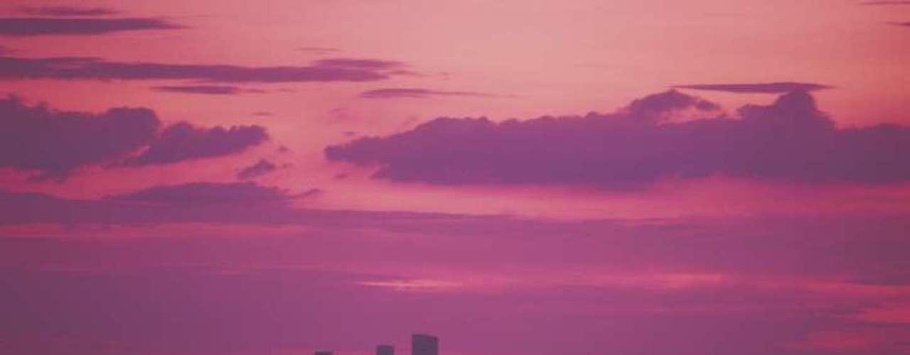 Phoenix, ubicada en el estado de Arizona, está ubicada en pleno desierto y si bien sus temperaturas no son tan altas como las demás, el aire acondicionado es necesario para la vida humana.