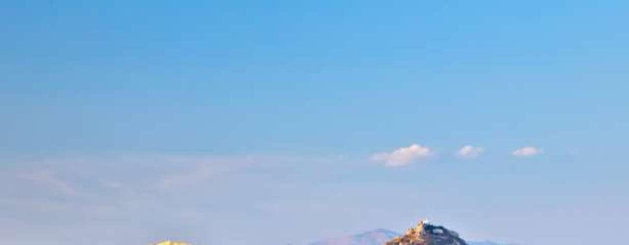 Atenas, en Grecia, es uno de los destinos más elegidos por los turistas en el mundo. Por eso, muchos de ellos aún deben acordarse del terrible calor que hace en verano. El récord de Atenas es de 48ºC.