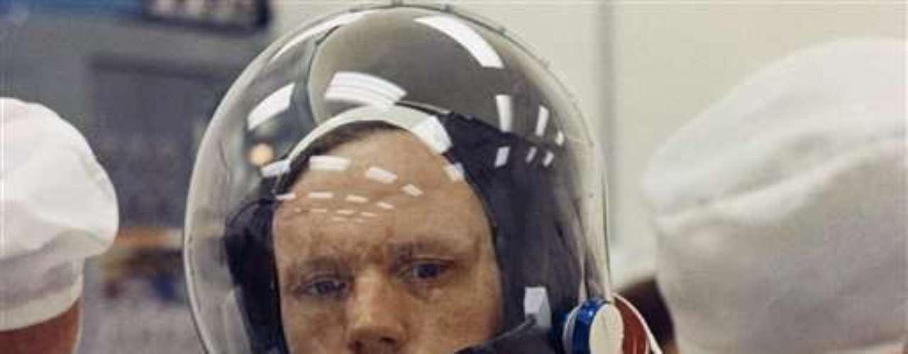 El 20 de julio de 1969 Armstrong se convirtió en el primer hombre que pisó la superficie lunar, tras viajar a nuestro satélite a bordo del Apolo XI junto con los astronautas Edwin Aldrin y Michael Collins.