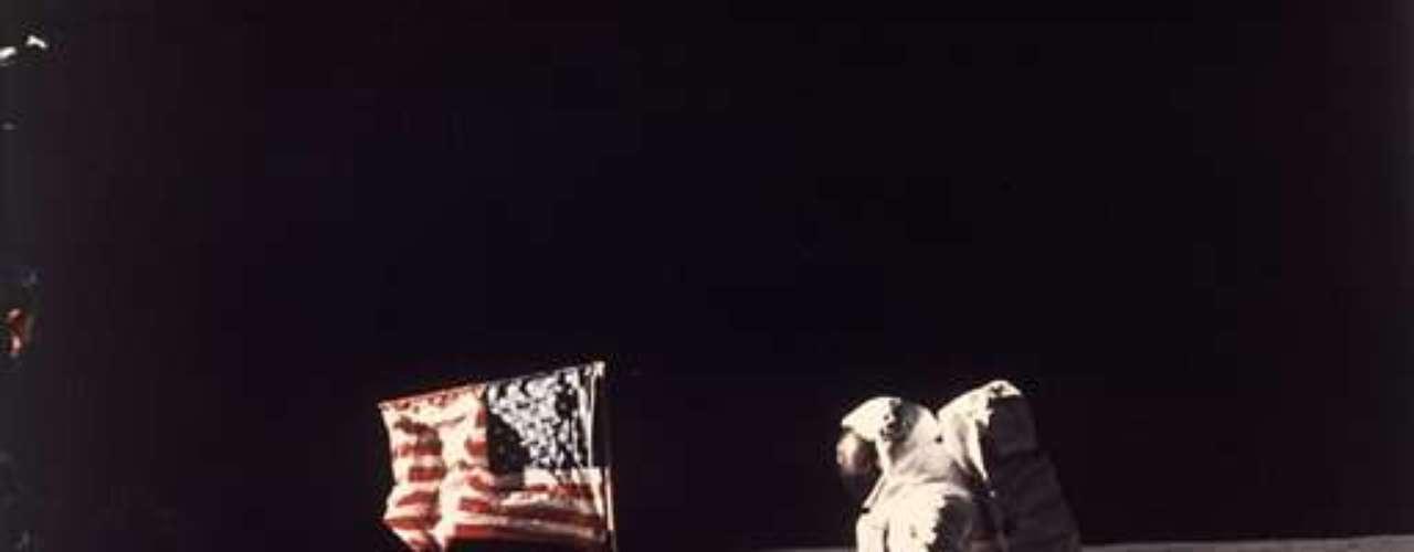 El primer hombre en pisar la luna, el estadounidense Neil Armstrong, murió hoy a los 82 años en Ohio (EEUU), días después de superar una operación de corazón.