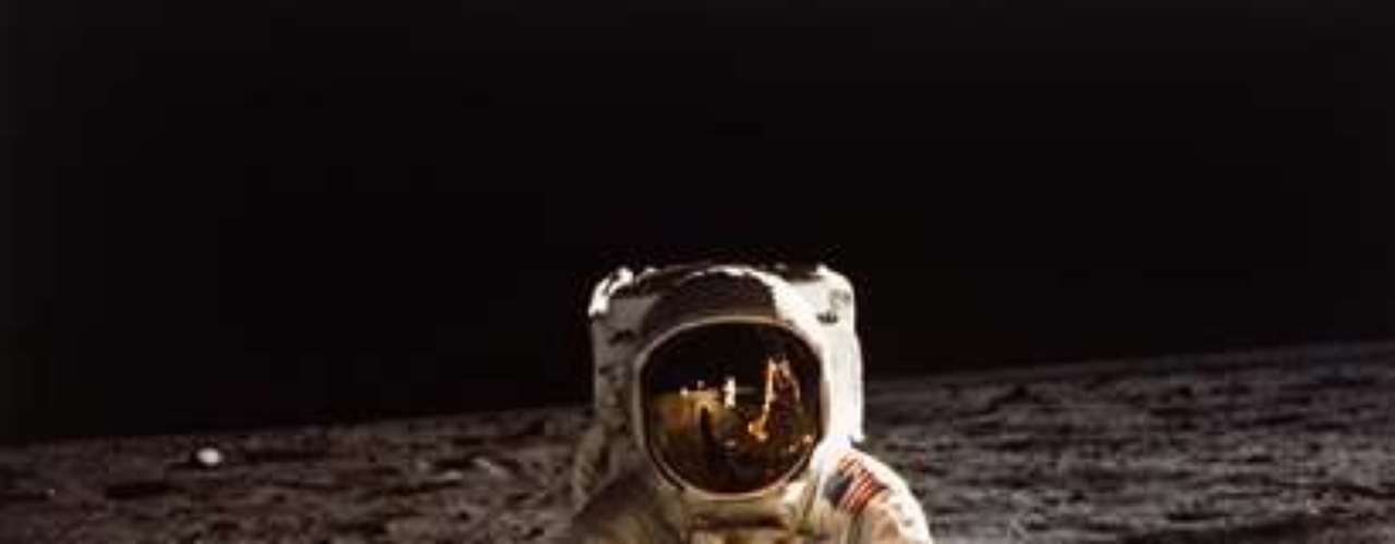 Después de la proeza del Apolo XI, en la que Armstrong y Aldrin permanecieron en la superficie lunar durante dos horas y quince minutos, Armstrong siguió ligado a la NASA, que abandonó en 1971 para regresar a su tierra natal e impartir clases como profesor de Ingeniería Aerospacial.