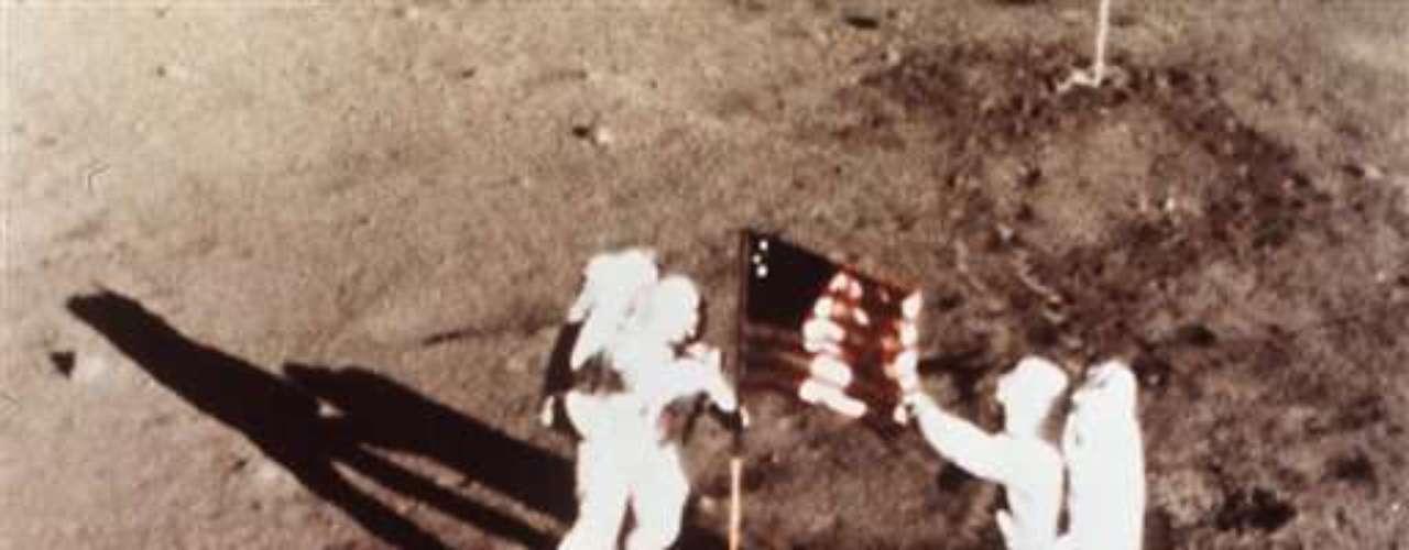 A principios de agosto de 2012 fue operado del corazón. En su última comparecencia pública en noviembre de 2011, Armstrong recibió junto a sus compañeros de la misión a la luna en julio de 1969, Buzz Aldrin y Michael Collins, la medalla de Oro del Congreso de Estados Unidos. (Fuente textos: EFE)