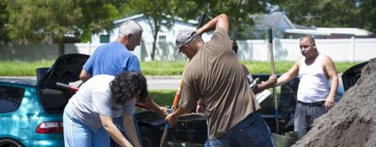 Tras el anuncio de Estado de Emergencia en Florida, los habitantes del sur del estado se preparan para la llegada de la tormenta tropical Isaac, que podría convertirse en huracán