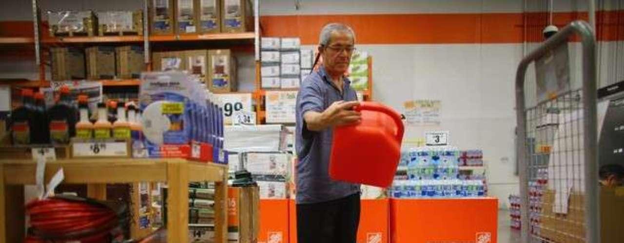 La gente de Florida sale a los supermercados ha comprar lo necesario para soportar la tormenta tropical Isaac que se acerca al estado estadounidense