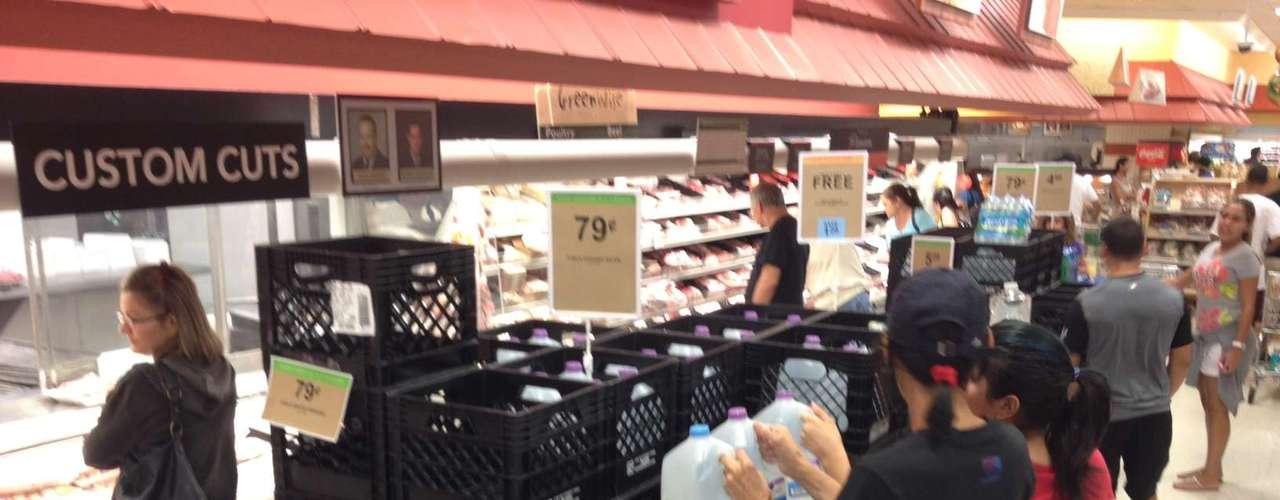 En los supermercados la gente trata de comprar enlatados y suministros previniendo cortes de luz y que los almecenes no abran sus puertas en los siguientes días