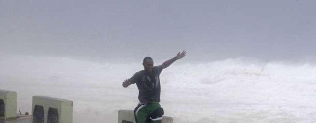 La gente corría tratando de escapar de los fuertes vientos causados por Isaac en República Dominicana
