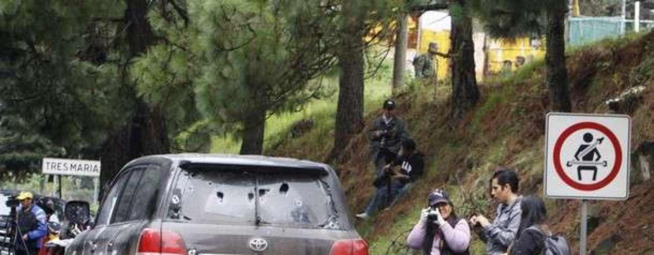 La prensa y los investigadores hicieron presencia en el sitio y tomaron fotos de la camioneta que quedó casi destruida.