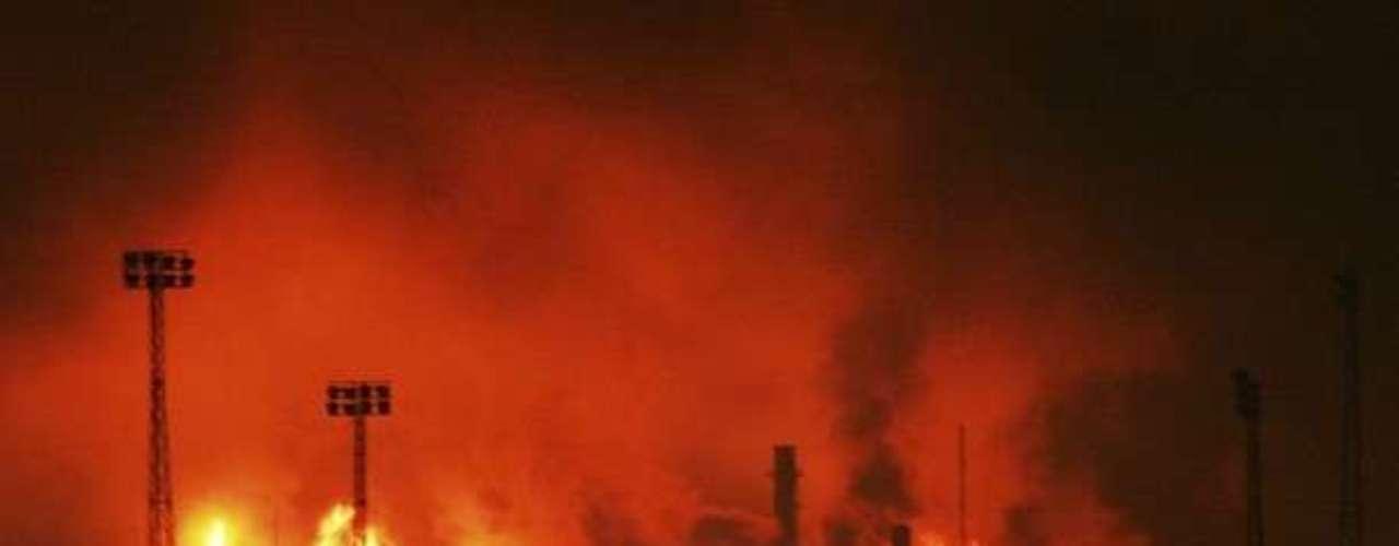 Una explosión en la principal refinería petrolera de Venezuela dejó hoy un balance oficial de 39 muertos y más de 80 heridos de diversa consideración, en uno de los peores accidentes industriales en los últimos años, que conmocionó al país.