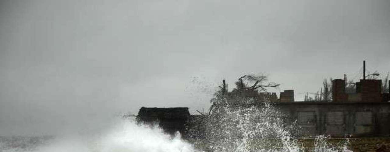 Las fuertes olas que se vieron en Cuba por la tormenta Isaac fueron impresionantes que llegaron a alcanzar los seis metros de altura