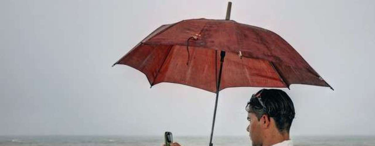 Un turista en Cuba quiere tomar una foto del paso de Isaac por la isla y aprovecha para captar la imagen del fuerte oleaje registrado