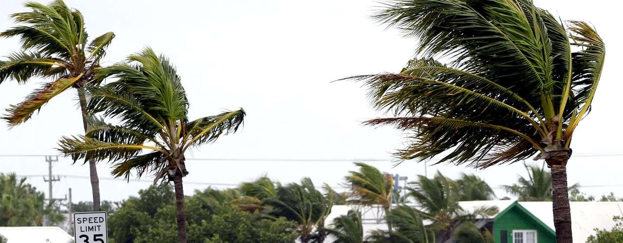 Pese a las recomendaciones de las autoridades, algunos siguen continúan con sus actividades rutinarias haciendo caso omiso a las advertencias sobre la fuerza del huracán que se aproxima. En la imagen, un hombre pasea en su bicicleta en Key West, Florida.