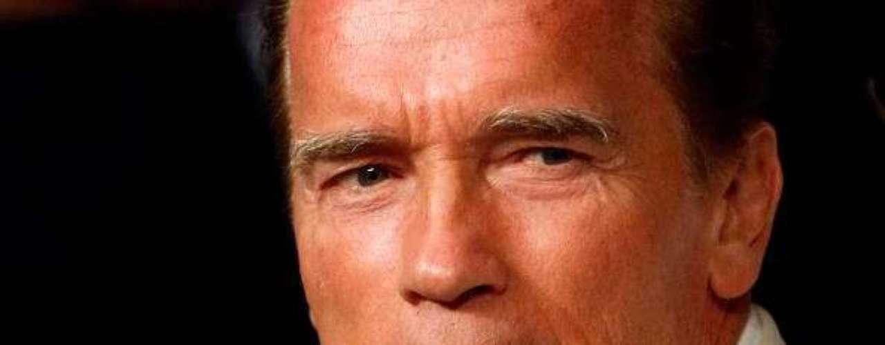 Arnold Schwarzenegger primero fue físico-culturista, luego actor (y de los grandes) de Hollywood, y más tarde se convirtió en gobernador de California. ¿Cómo fue que logró todo eso? En parte, gracias ser un hombre apuesto. Fue el míster Olympia (campeón mundial de físico-culturismo) más joven de la historia, título que obtuvo en siete ocasiones. Al puesto de gobernador llegó sin haber ocupado ningún cargo político antes, y su imagen pública se hizo añicos cuando en mayo de 2011, se divorció de su mujer Maria Shriver tras 25 años de relación: se conoció que le fue infiel con la empleada doméstica, con la que tuvo un hijo.