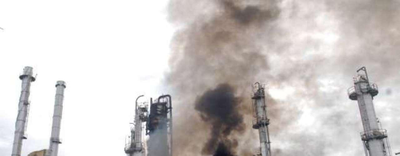 3 de abril de 2010, Estados Unidos. Cinco empleados, tres hombres y dos mujeres, de una refinería de petróleo de la compañía Tesoro de Anacortes (noroeste), cerca de la frontera con Canadá, fallecieron en un incendio en el curso de una operación de \