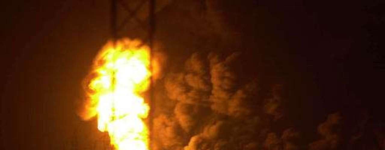 25 de junio de 2000, Kuwait. Cuatro obreros fallecieron y 50 personas resultaron heridas en una explosión provocada por una fuga de gas en la principal refinería de Kuwait, al sur de la capital.