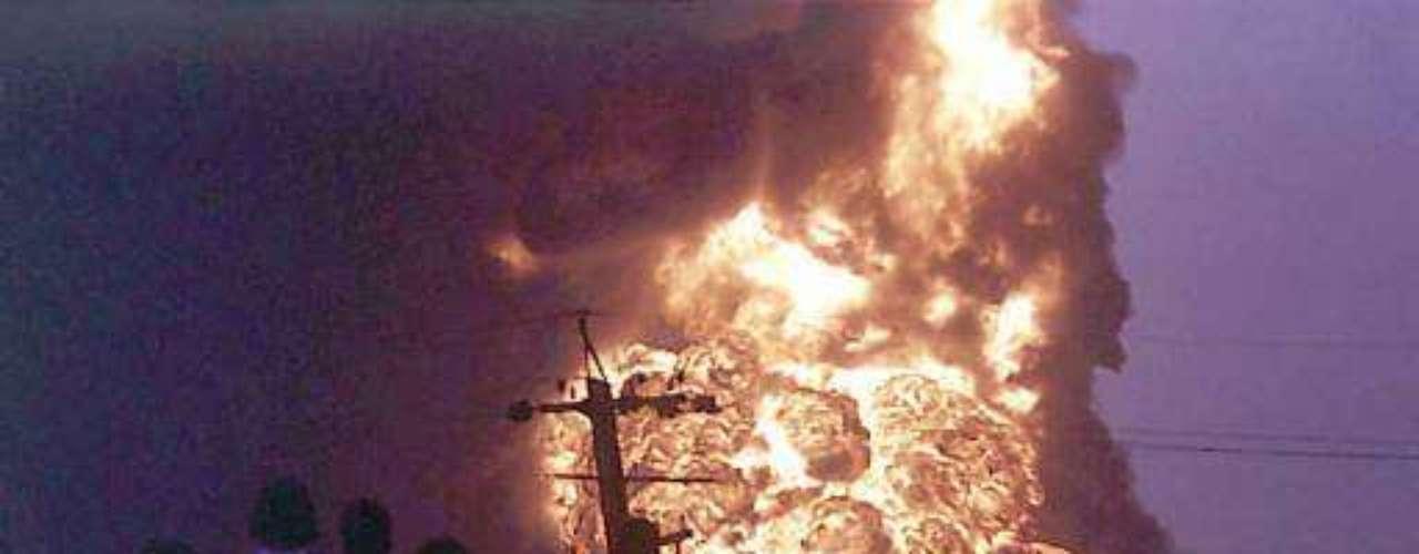 14 de septiembre de 1997, India. Al menos 30 personas murieron en un gigantesco incendio en una refinería de petróleo de la compañía estatal Hindustan Petroleum Corporation Limited (HPCL) en Visakhapatnam (sur). El incendio hizo explotar distintos depósitos, lo que forzó a las autoridades a evacuar a 150.000 habitantes de cinco pueblos cercanos. (Fuente textos: AFP)