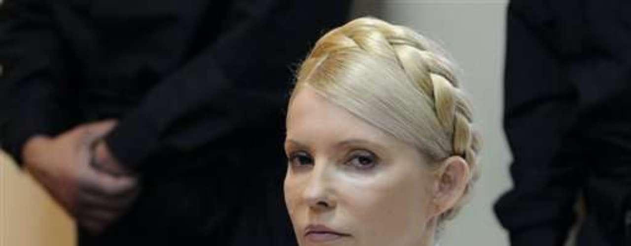 Yulia Tymoshenko fue dos veces primera ministra de Ucrania, pero su segundo mandato se vio interrumpido cuando el Parlamento la destituyó, en 2010. En 2011, la bella Tymoshenko fue arrestada por 'obstruir la investigación en su contra' por abuso de poder.