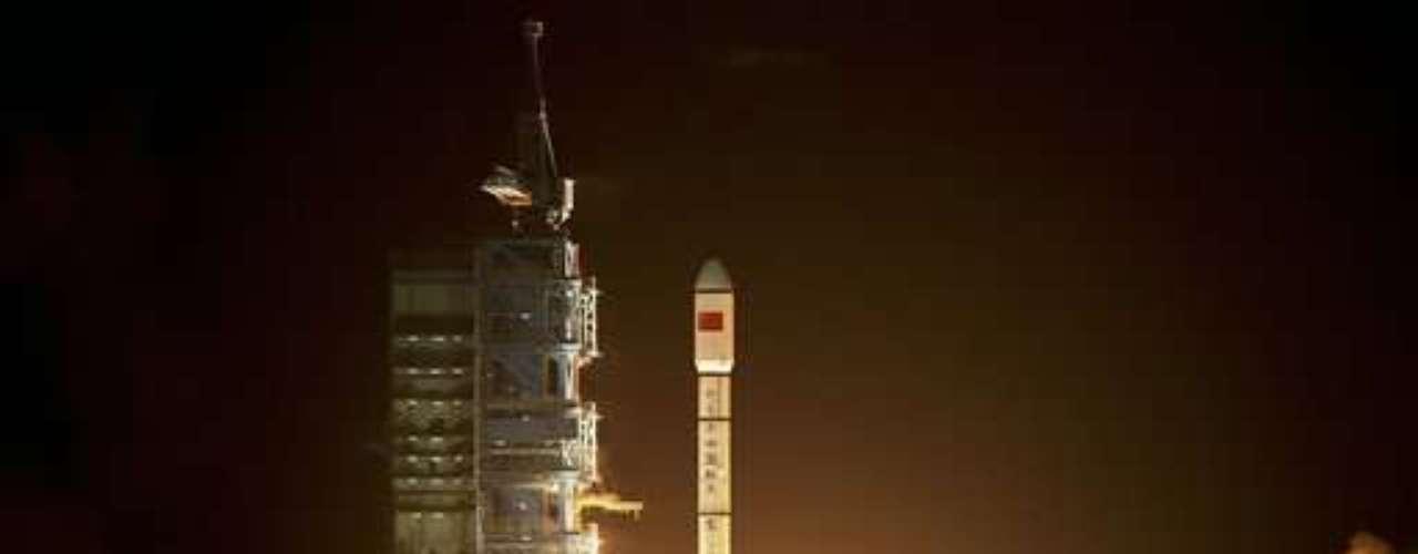 Otros países de Asia tienen también ambiciones lunares. En primer lugar se encuentra India, que había logrado posar en la Luna una sonda el 14 de noviembre de 2008, un hito desde el lanzamiento del programa espacial indio (1963).