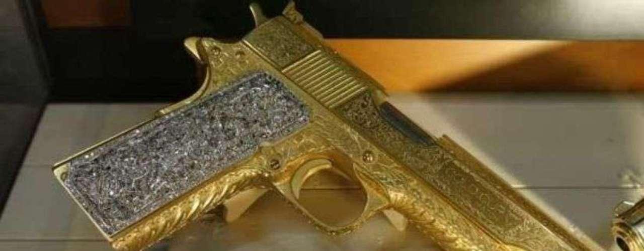 Esta ostentosa pistola, con un baño de oro amarillo y cachas en oro blanco y con incrustaciones de brillantes fue incautada en 1991 al narcotraficante Estanislao Olmos, quien colaboró con el cártel de los Arellano Felix.