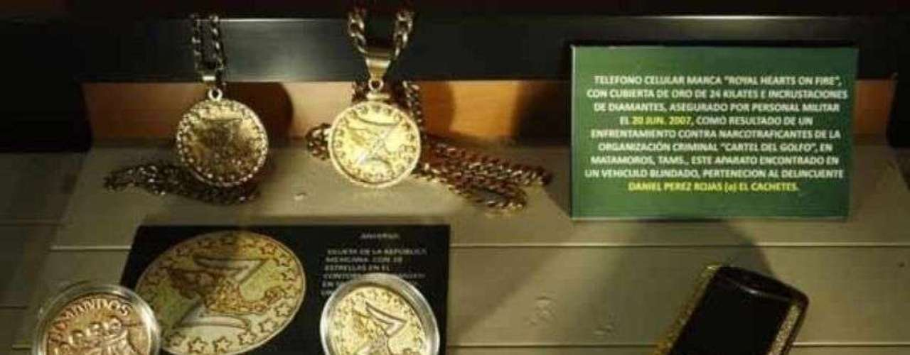 Estas monedas, cadenas y un celular de oro de 24 kilates con incrustaciones de piedras preciosas fueron incautados al Cartel del Golfo en 2007.