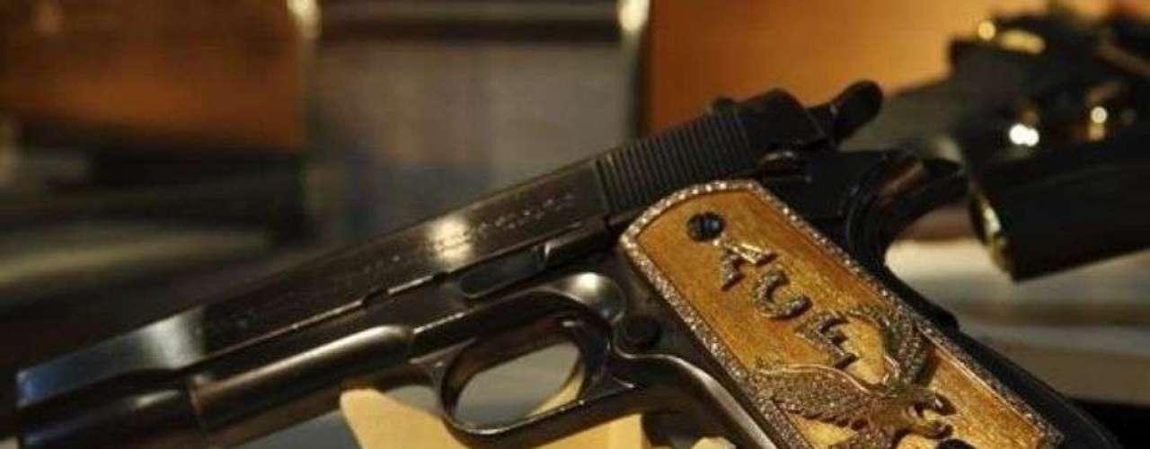 Esta arma con cachas doradas perteneció al narcotraficante Joaquín Guzmán Loera, mejor conocido como 'El Chapo', líder del cártel de Sinaloa.