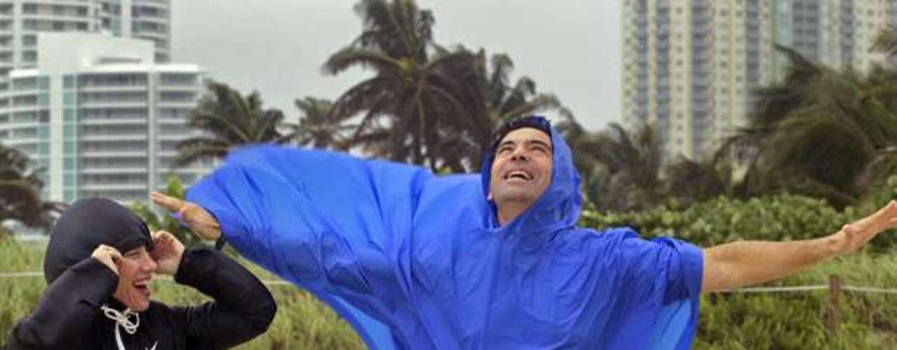 Isaac se convirtió a las 16H20 GMT en huracán de categoría 1 en la escala Saffir-Simpson, de cinco grados, al superar los 119 km/h.