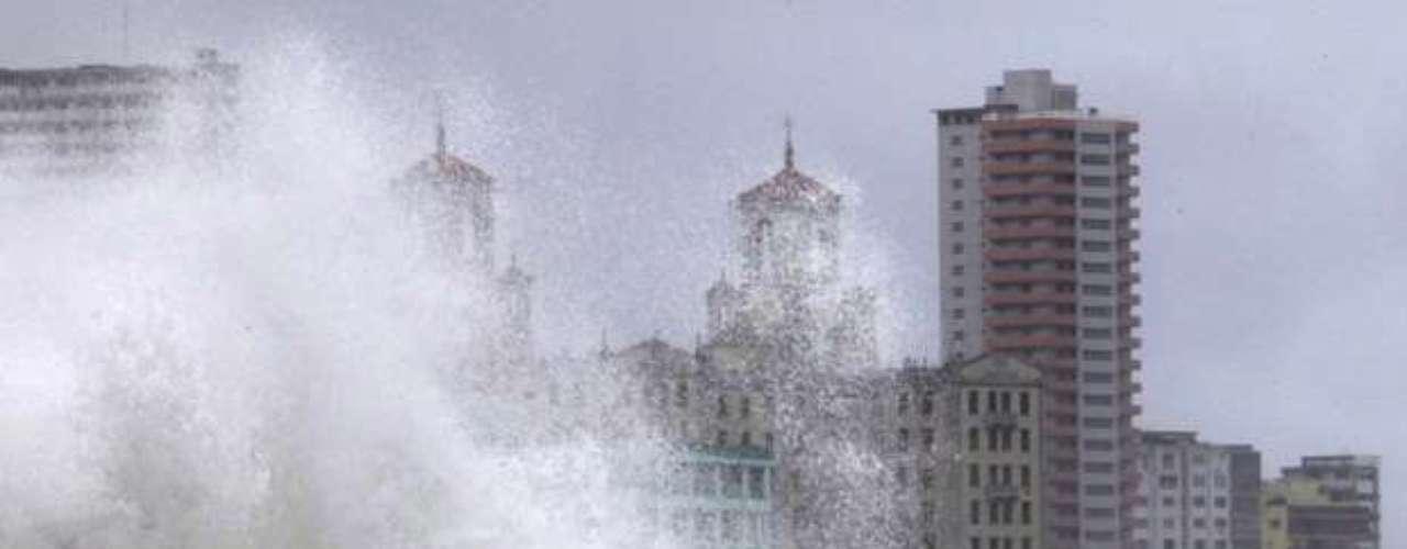 Según las previsiones, la tormenta podría provocar un fuerte oleaje, con olas de hasta 3,6 metros de altura en las costas del sureste de Luisiana y Misisipi.El gobernador de Alabama, Robert Bentley, ordenó evacuaciones obligatorias en Mobile y Baldwin, sobre la costa del Golfo, mientras que el de Luisiana, Bobby Jindal, recomendó evacuaciones voluntarias en la zona de vigilancia del huracán, y urgió a la población a prepararse para lo peor.
