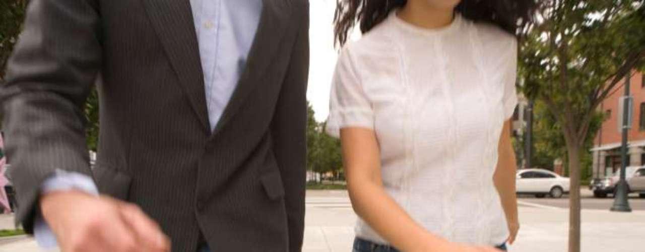 Brazos rígidos: Puede indicar problemas en los hombros, cuello y espalda. Al caminar, los brazos se mueven ligeramente hacia  el lado opuesto de las piernas, para equilibrar el movimiento, apoyando principalmente la espalda. Si no existe ese movimiento, los músculos de la espalda, cuello y hombros son perjudicados. Es más común en personas sedentarias en la vida adulta.