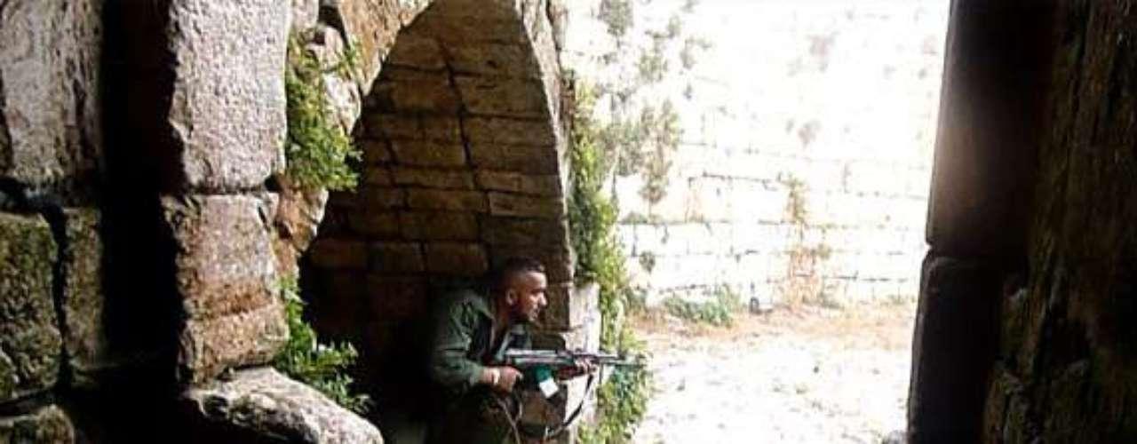 Las informaciones acerca de los combates en el castillo, en perfecto estado de conservación (probablemente el mejor del mundo), son contradictorias. En la imagen, un rebelde sirio guarecido en el interior de la fortificación.