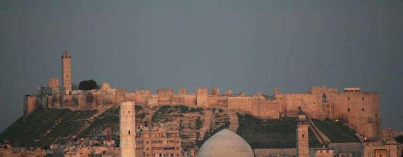 El castillo que domina la antigua ciudad de Alepo, campo de batalla de los combates más cruentos de la guerra civil siria, procede de la época medieval, pero sus cimientos se remontan hasta la época aramea, en el siglo XII a.C.