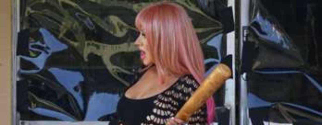 Christina Aguilera, se dejó de complejos, pues sin importarle tener algunos kilitos de más, se metió en un corto y ajustado vestido negro, para resaltar sus voluptuosas curvas en lo que será su nuevo videoclip \