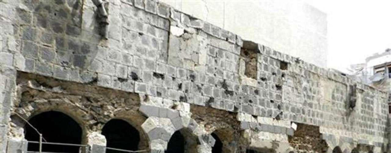 Una mezquita de época medieval seriamente dañada por los bomabardeos en otra de las ciudades sirias con in importante patrimonio histórico, Homs.