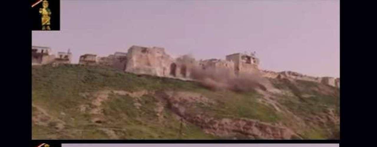 Dos capturas de otro vídeo de la asociación de 'Patrimonio sirio en peligro' que muestran el bombardeo de la artillería de Al Asad sobre la fortificación de Apamea, una ciudad fundada por los reyes selúcidas en el siglo III a. C., ocupada por fuerzas rebeldes.