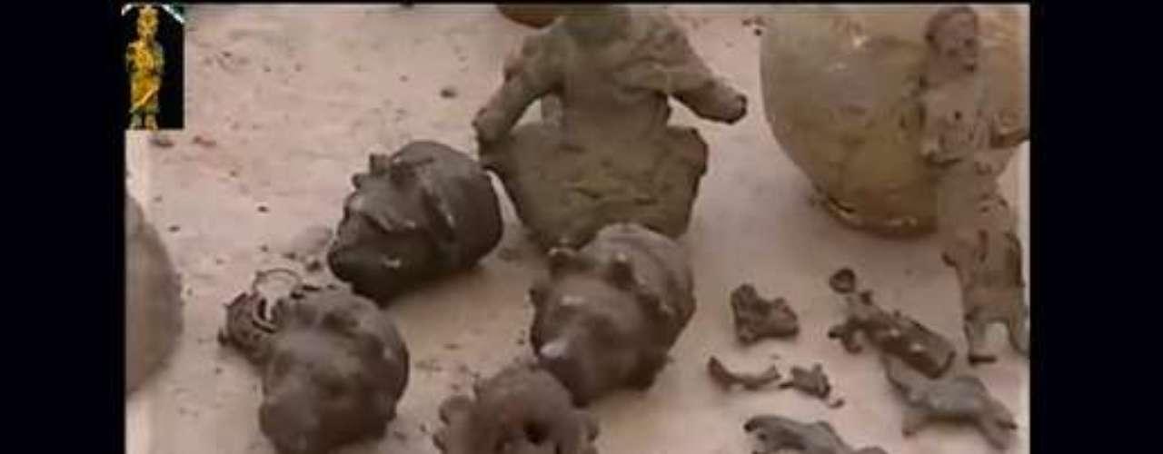 El gobierno de Al Asad y los rebeldes se acusan mutuamente de destruir el patrimonio sirio: mientras las fuentes oficiales acusan a grupos rebeldes de saquear museos y yacimientos para luego vender las piezas en el mercado negro; los daños provocados por los bombardeos de la fuerza aérea siria son innegables. En la imagen, dos capturas de un vídeo de la asociación 'Patrimonio sirio en peligro' muestra piezas robadas puestas a la venta ilegalmente en una calle de Alepo.