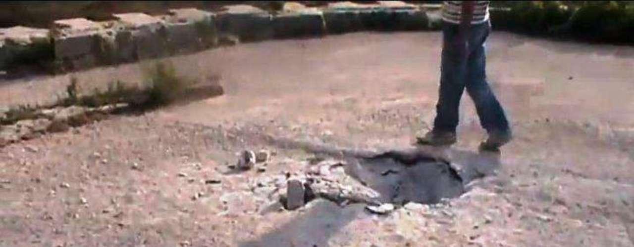Según informaciones rebeldes, el castillo fue bombardeado y parcialmente destruido por las fuerzas de Al Asad. La imagen muestra un boquete abierto por un obús en una de las torres del castillo.
