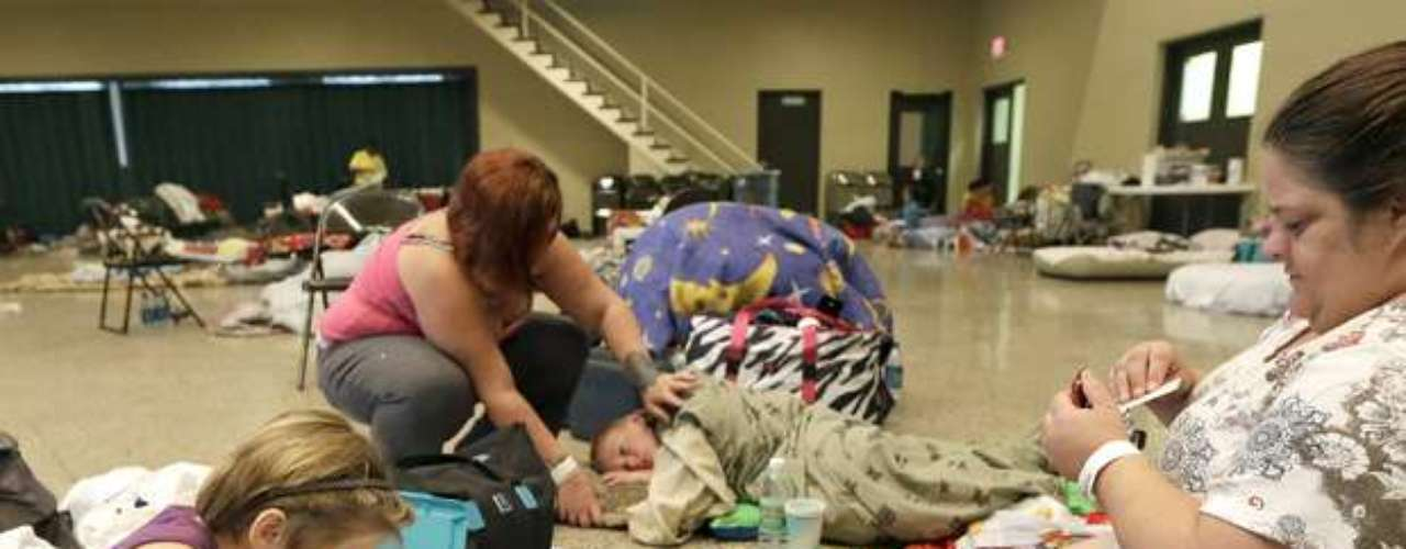 En tanto ya se instalaron refugios para quienes prefierab quedarse o no tuvieron oportunidad de escapar al norte, antes de que el vórtice del meteoro toque tierra en el sureste de Louisiana el martes por la noche o el miércoles temprano.
