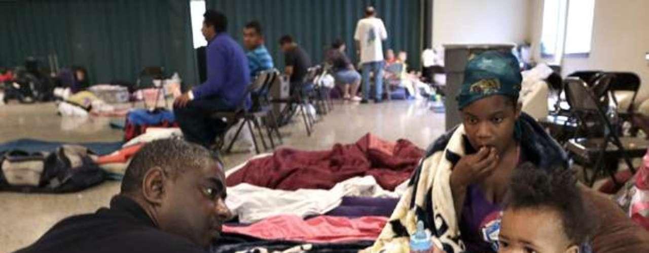 En Houma, una ciudad al sudoeste de Nueva Orleáns, la gente llenó un auditorio municipal convertido en refugio. Simon y Crystal Naquin llegaron allí con sus hijos adolescentes porque la casa rodante en la que viven está en una zona propensa a inundaciones, entre un canal de navegación y la parte baja de Bayou Caillou.
