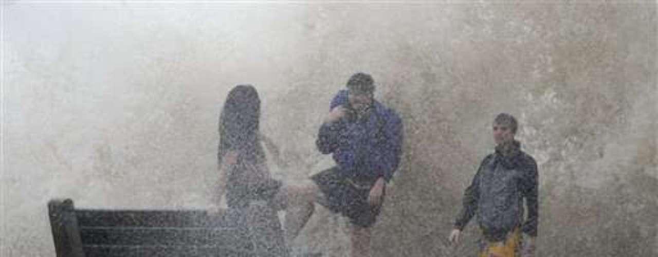 El huracán de categoría uno tocó hoy tierra en el extremo sureste del estado a 130 kilómetros por hora, con ráfagas más fuertes.