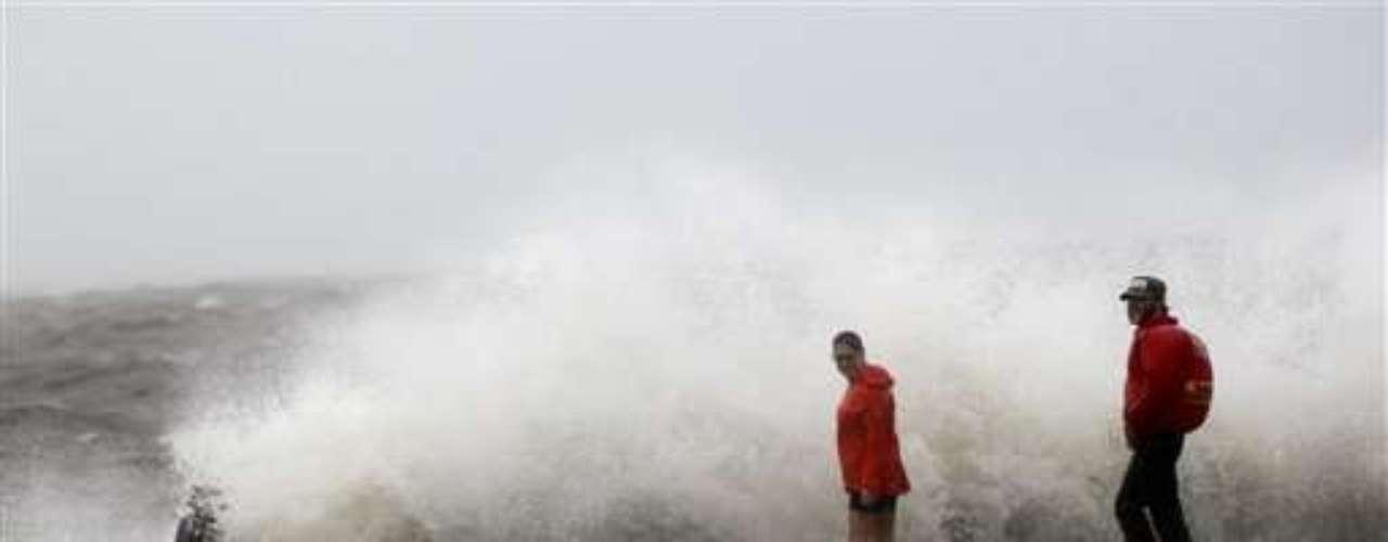 Cuando llegaron las primeras lluvias a consecuencia del huracán en la mañana de hoy, las empresas de servicios públicos de Luisiana ya habían comenzado a instalar generadores para poder recuperar los sistemas de electricidad en caso de que se dieran fuertes rachas de viento.