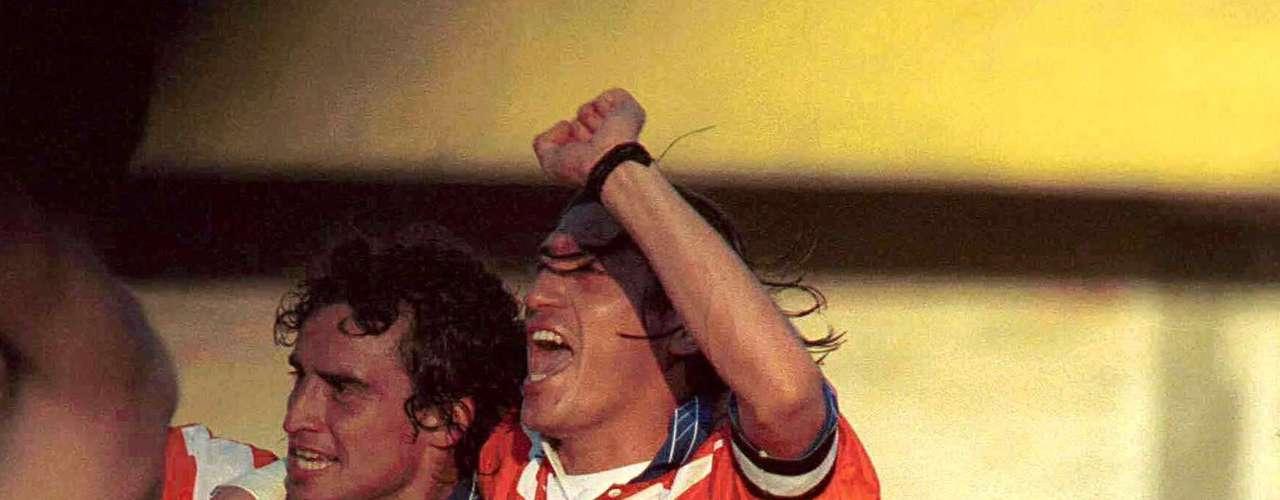 Ese mismo ciclo lectivo, jugó la Copa América de Paraguay, aunque Chile no trascendió. En la foto, festeja un gol con su compadre, Iván Zamorano. En total, registró 69 partidos y cinco goles con la \