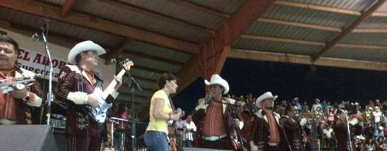Diana Reyes, cantó al lado del grupo Laberinto durante un show realizado en Houston, Texas.