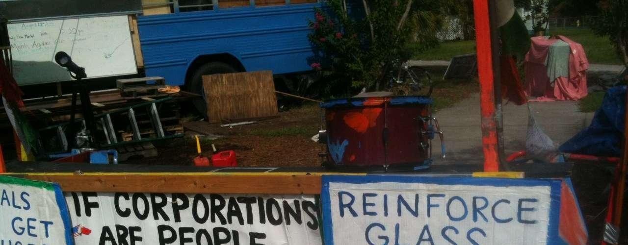 Simpatizantes del movimiento han venido desde diferentes ciudades de la Florida y desde el este de Estados Unidos para sumarse a los ocupantes de Tampa en un campamento ubicado en el parque Voz de la Libertad.