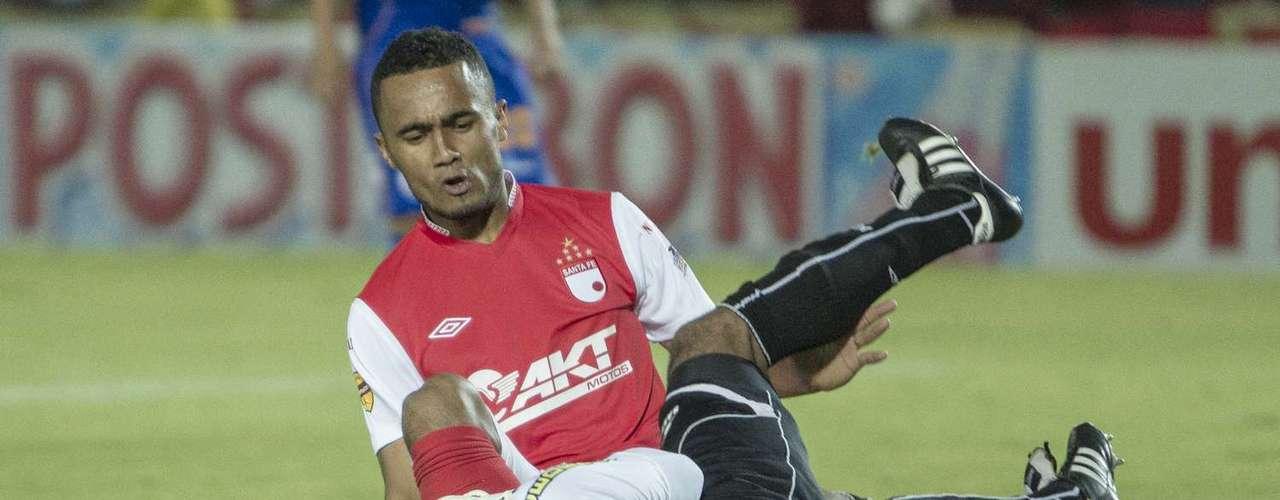 Omar Pérez se anticipa al cabezazo de Óscar Rodas y envía el balón hacia el arco rival.