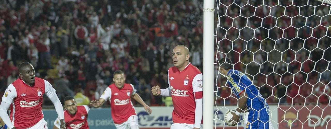 El 10 'cardenal' celebra la anotación que le permitió abrir a Independiente Santa Fe el marcador sobre el Deportivo Pasto.