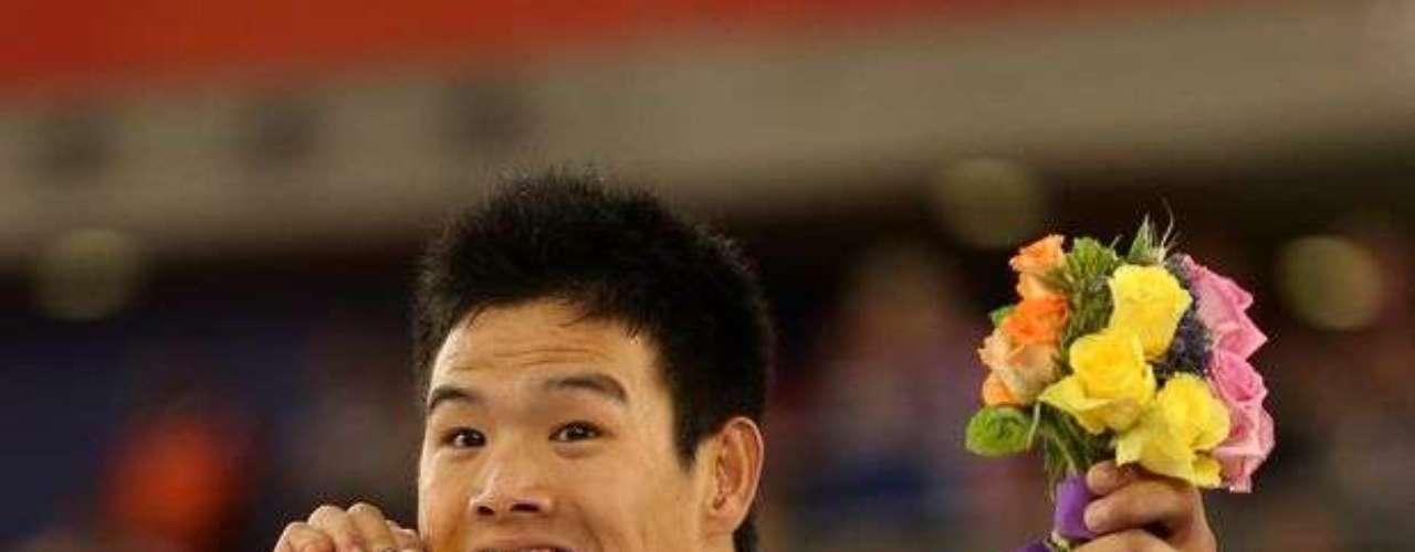 El chino Zhang Li festeja la conquista de la medalla de oro en la clase C1-2-3 del ciclismo de pista.
