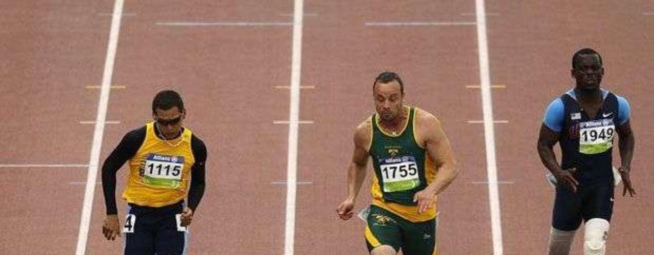 Los Juegos Paralímpicos también estarán marcados por la gran rivalidad en las pistas, canchas y piscinas. Con tres medallas de oro, el sudafricano Oscar Pistorius (centro) es nuevamente el favorito para los Juegos de Londres, pero tendrá como adversario al brasileño Alan Fonteles (izq) y al estadounidense Jerome Singleton (der).