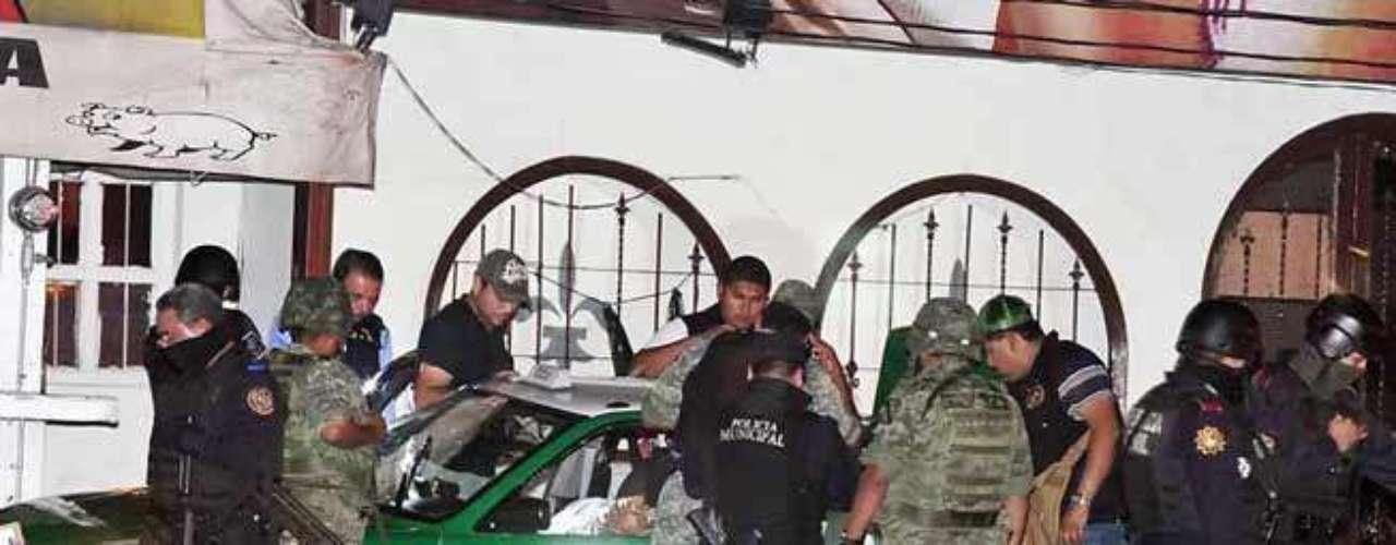 08-agosto-2012.- Tres hombres mueren de forma instantánea al ser rafagueados dentro de taxi en el que se encontraban por un comando armado. La tripe ejecución se llevó a cabo a tres metros de la puerta principal del table dance Makiavelo, ubicado en la Avenida Lincoln y Parque Poniente, en la colonia Nueva Morelos.