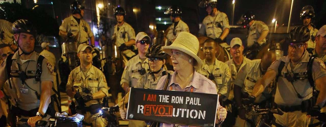 Una delegada de Ron Paul interrumpió la protesta generando tensión durante varios minutos, pues los manifestantes argumentaron que ella tampoco los representaba.